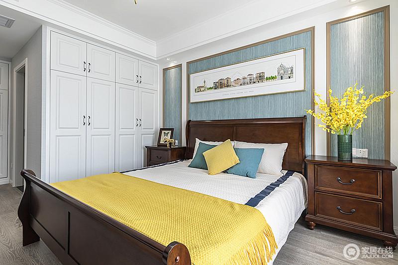 卧室线条统一,白色定制衣柜,搭配胡桃色美式家具,清淡却足够沉稳;淡黄的床品有着很强的立体效果,又似散发着栀子花的清香,与淡淡的蓝色背景墙让房间氛围有种薄荷清香的味道,恬静文雅。