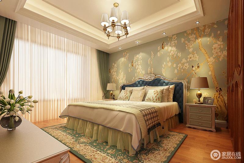 卧室的吊顶方正简洁,绿色花鸟背景墙搭配绿色系床品,为空间营造了清新;而欧式家具、灯饰组合赋予生活沉淀感,让你时刻感受欧式的轻奢。