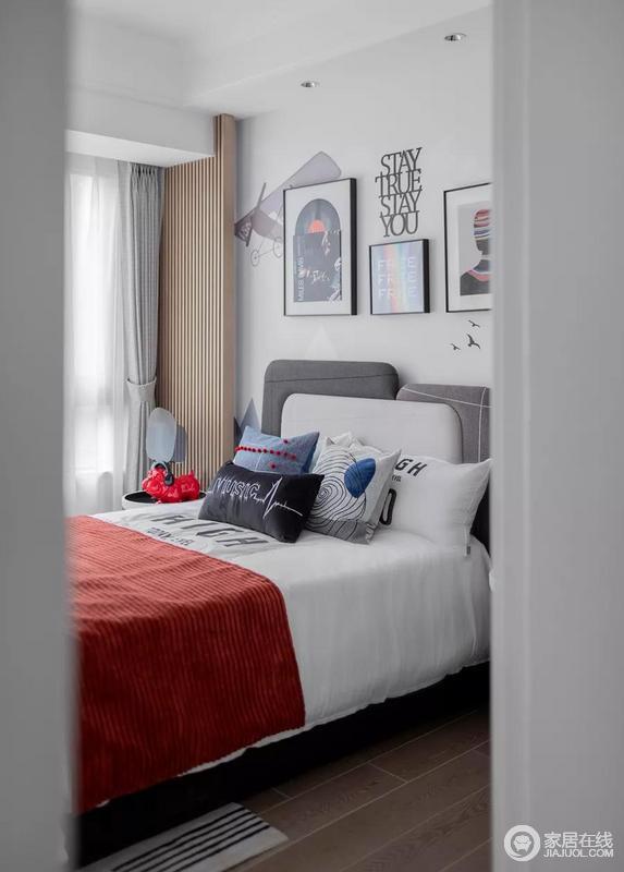 儿童房的设计在整体风格的基础上选用了许多跳脱活泼的装饰和摆件,比如挂画,靠垫,搭配红色床品令空间多了些童趣和鲜活。