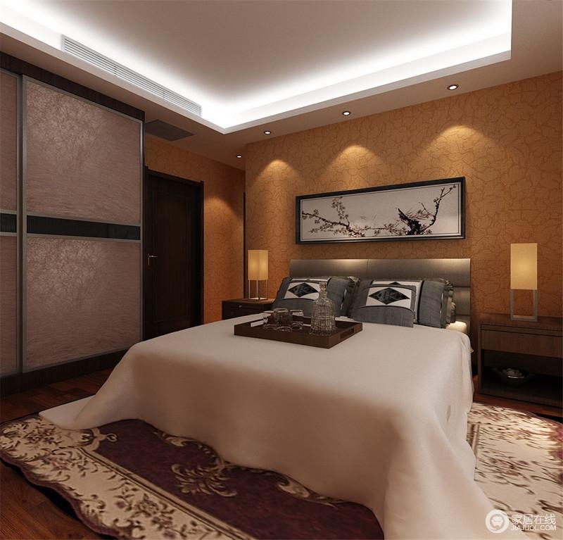 卧室以点和线性光源为主照明,咖色壁纸与银箔衣柜渲染出复古与厚重;白色与灰色床品组合,让空间多了素净,而对称的矩形台灯带来便捷,让生活得足够舒适。