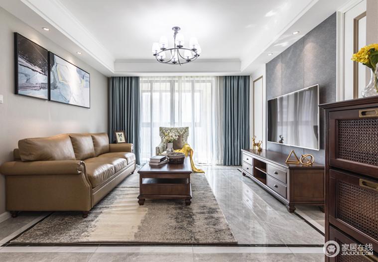 简单的客厅布局,在层次递进的简约线条下更加开阔通透,棕咖的沙发、茶几搭配蓝色窗帘,更是让空间如一杯温热的咖啡,馨香四溢,也好似天空足够清和。