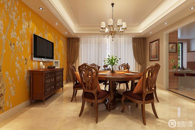 餐厅以现代的设计彰显简洁大气,棱角和线条十分清晰,并通过灯光作氛围营造,成就空间温和;爱马仕橙田园风的壁纸带着奢华和清新,缓解了实木家具的厚重,为生活带来个性。