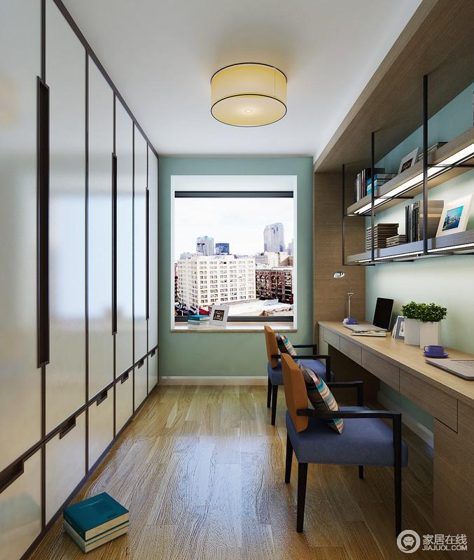 书房通过定制得柜子实现生活的收纳哲学,规整而简洁,十分利落大气;原木整体书柜以悬挂架的方式张扬简约美学,搭配蓝色木椅,为生活增添了不少时尚气息,再加上绿色漆的立面与原木地板,无疑,渲染了一个自然朴质、清新的氛围,十分安谧。