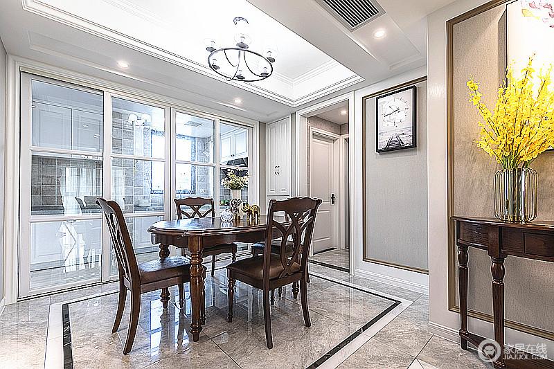 餐厅采用黑红实木的餐桌椅为主角,地砖用婉约的线条走边,构建方正的格局基础上,让用餐也便利;玻璃门解决了干湿分离,因为玻璃门让空间通透了不少。