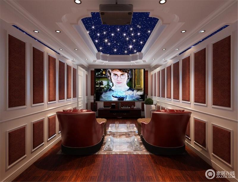 影音室的吊顶以花式石膏制造田园造型,蓝色星空带你进入梦幻的世界;设计师巧妙地利用石膏墙和隔音板将空间的立面打造成几何感,白色与橙棕色组成的墙面与实木地板和红色沙发椅,让你尊享轻奢华的观影体验。