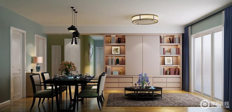 开放式的客餐厅更显空间感,也增加了互动性,蓝色和绿色漆粉刷墙面,奠定了清新和幽静;实木边柜上的绿色陶瓷台灯时尚而精致,缓解了黑色系的餐桌餐椅,搭配黑色黄铜吊灯,让生活足显清怡。