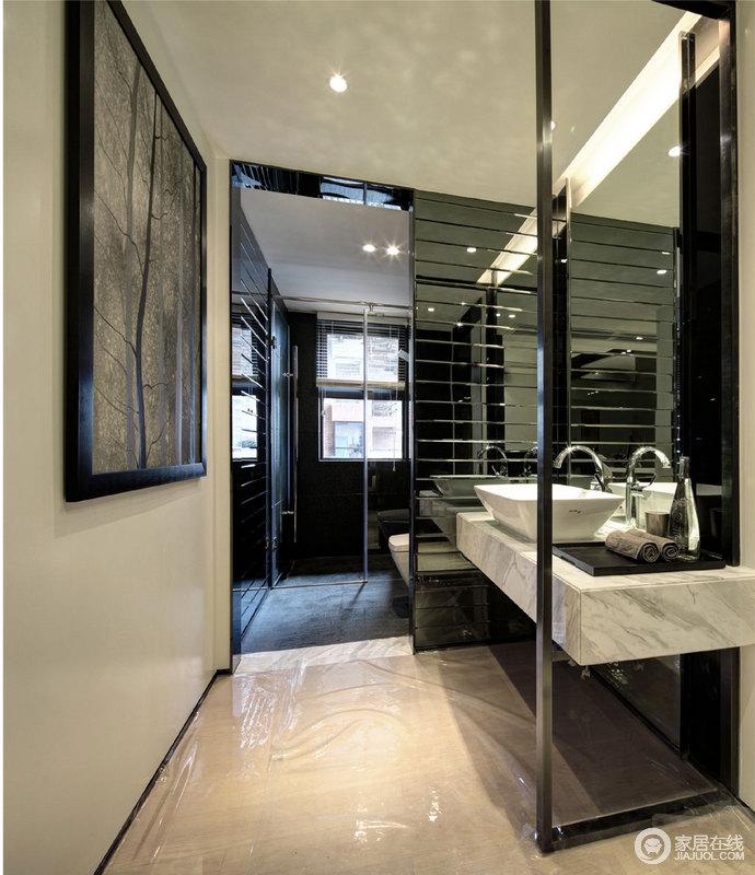 整个卫生间因为格局的原因十分通透,窗户将光线引入空间,也利用玻璃解决了干湿的问题;黑色釉面砖透着光洁,与白色大理石盥洗台面构成黑白对比,给予生活更多舒适,也带来现代利落。