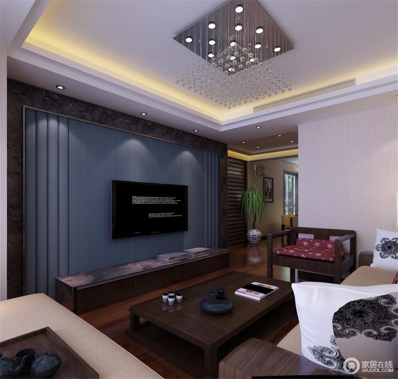 客厅方正,水晶灯珠的吊顶简洁又通透,给空间一份明快;米色壁纸和深蓝色背景墙以反差表达色彩艺术,从而突出了空间的块状感;背景墙以大理石框边更为大气,一组新中式家具组合赋予生活温实和温情,品茶、畅聊成为最好的日常。