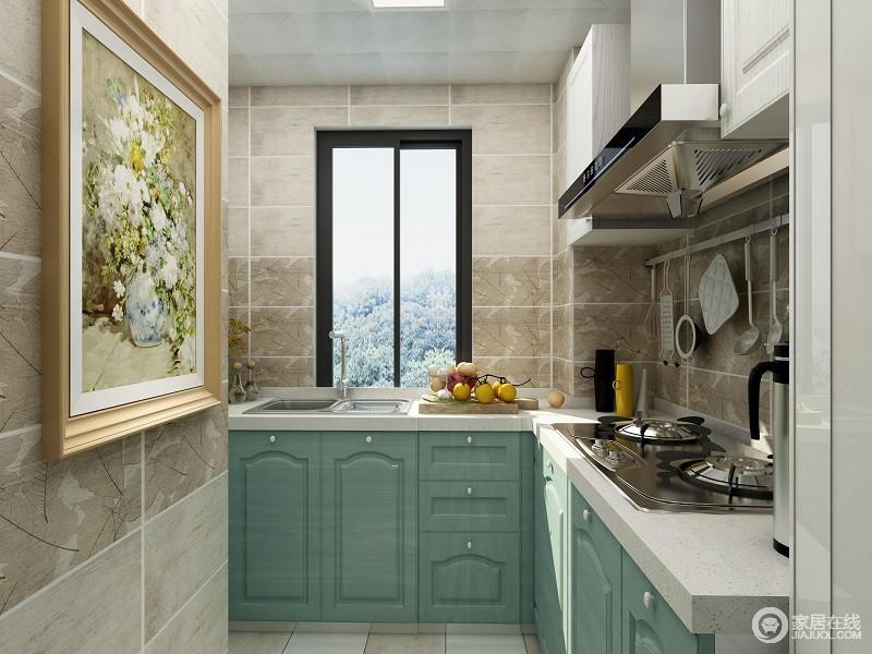 在厨房设计方面,主要运用了L形设计,充分的运用拐角节省了空间,另外,利用吊柜以及橱柜的增加,让小小空间也能够整齐划一。