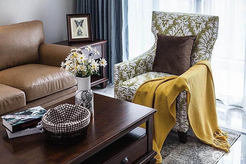 客厅虽然以咖色为主,以舒适的带着复古风的单人沙发椅给人一种岁月宁静安详的感觉,美式田园的设计,让生活惬意了不少。