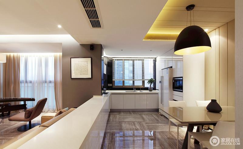 餐厨空间以白色橱柜形成整体化设计,再加上采光,让空间愈发通透;灰色地砖的条纹设计,搭配白色橱柜以反差,打造出了利落和大气。
