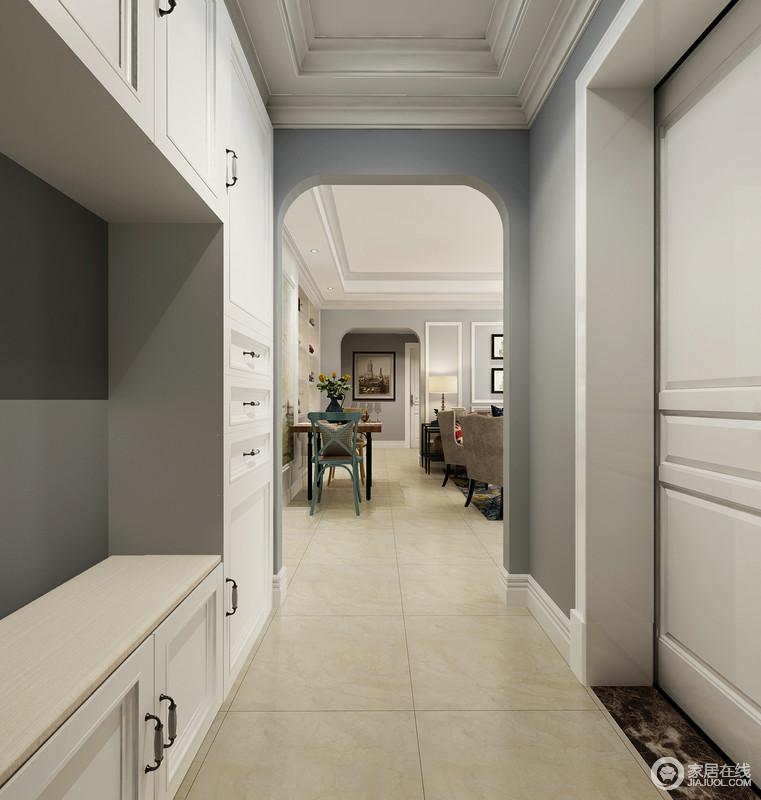门厅除了加强吊顶的几何立体之外,将微拱形的门框粉刷成蓝色,与定制得鞋柜彰显蓝白之雅,平衡着功能与美观的哲学;看似简单布局的空间,却让人颇感大气。