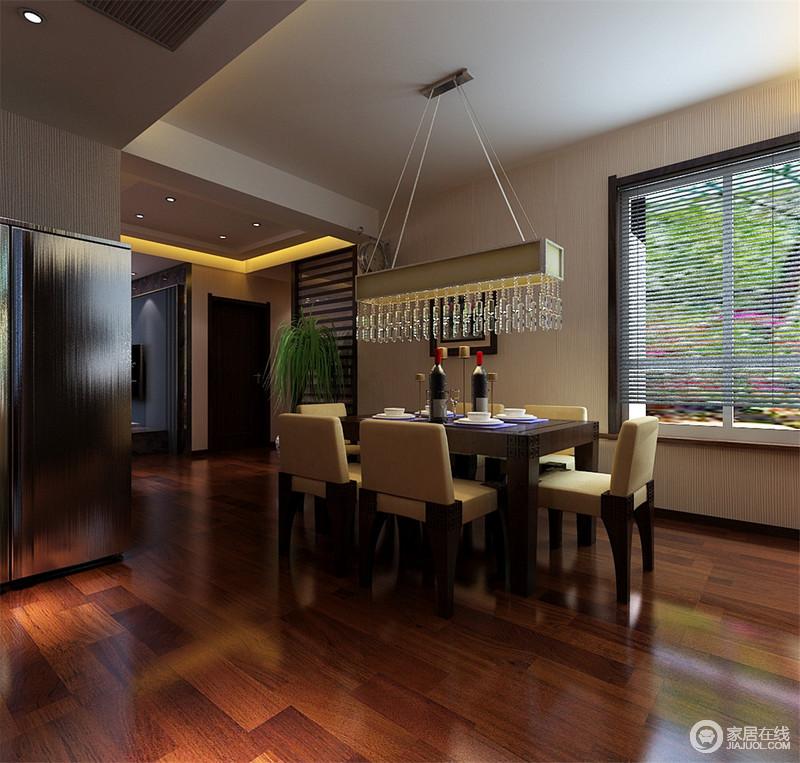 开放式的空间自带格局感和互动性,实木地板铺贴出了厚重与温实,搭配现代风的家具,让生活足够温馨和简洁,丝毫不用感受到压抑。