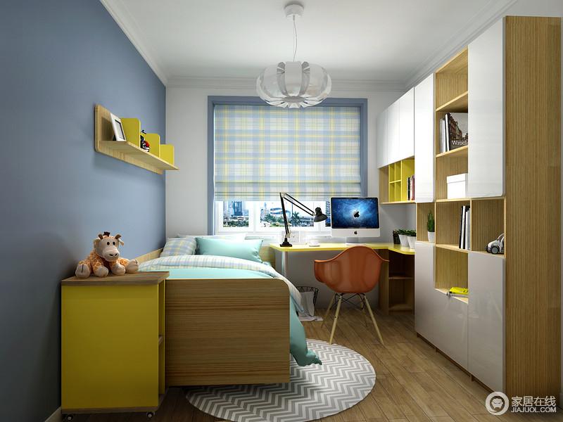 儿童房以天蓝色漆粉刷墙面,与白色的吊顶构成天海一色的轻盈与湛蓝,定制得书柜柜面以白色板材为主,黄色板材穿插其间,与黄色悬挂架给予空间活泼,同时,上演收纳哲学;圆毯和格纹卷帘以不同的几何设计,让空间美学更为多变,搭配书桌和北欧单椅,让宝宝的个人时光更为放松。