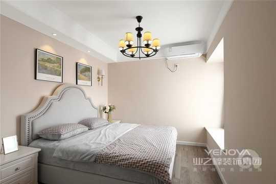 床头的射灯与壁灯使业主夜晚读书及部分照明使用更加舒心。