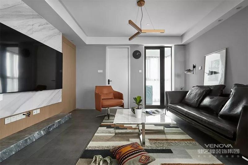 灰色的沙发墙,黑色的皮艺沙发,白色的大理石茶几台面,简约的地毯上呈现的是落落大方的画面。