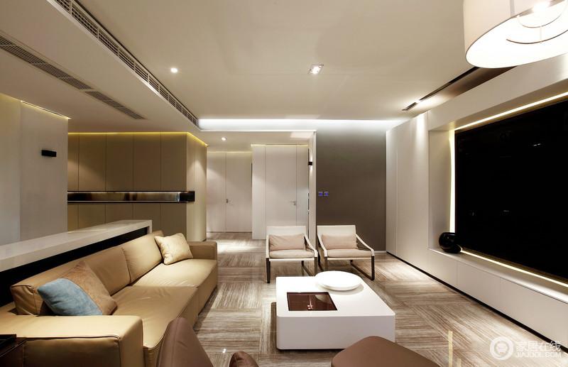 客厅结构方正,以功能做了模块化的设计,令整个空间既相互互动,又解决了实用性的需求;木纹地砖以肌理装饰出大地般的动力,而电视柜的白色与电视以黑白散发抽象张力,搭配现代沙发,显得规整有序,十分简约大气。