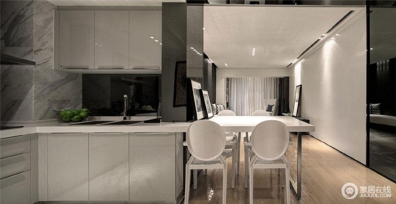 厨房开放式的设计自造格局感,让原本的小厨房也宽阔了不少,白色橱柜搭配白色餐椅,延续黑白设计的简洁,给人现代生活的质感。
