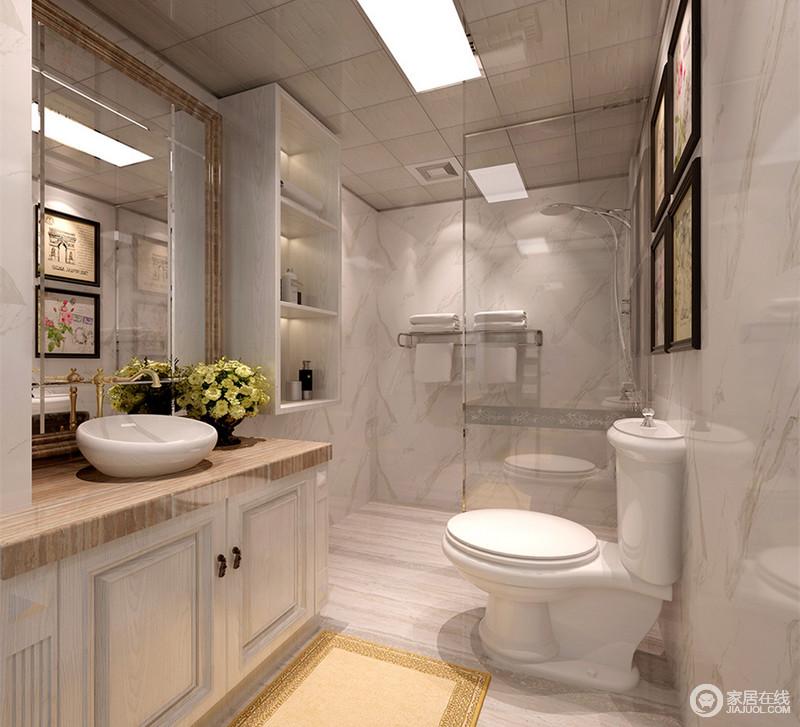 灰白理石墙面上,纹理如水墨晕染,带着随性肆意的意味;盥洗台台面与浴室镜框呼应,加上点缀的挂画及地毯,打破了空间上的单调感;壁龛式悬挂格设计,便于日常物品的拿取。