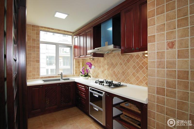 厨房采用的是L形造型,淡黄色的墙面,朱红色的橱柜以及洁白的台面,相得益彰。