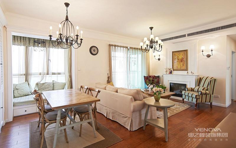 客厅简单的素色墙面,少量的墙面装饰,自然的绿色植物,以及布艺沙发和白色,构成了这个舒适现代简约之感