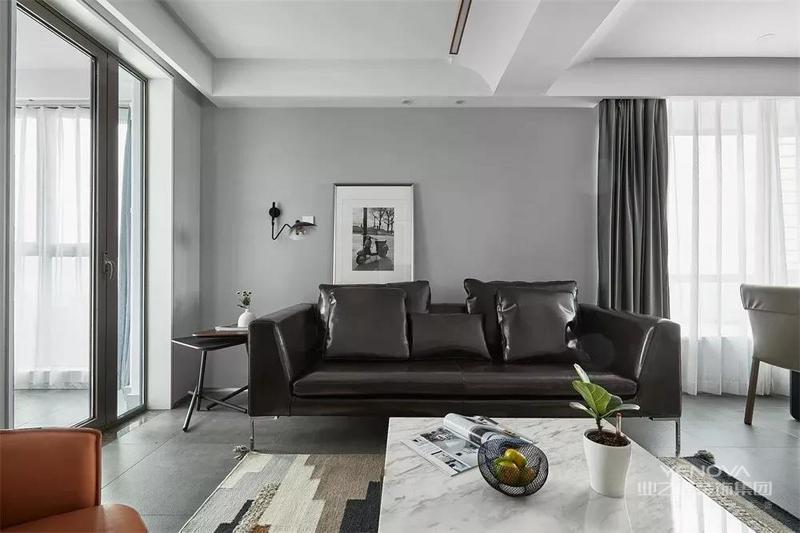 左边的黑框玻璃门配合右边的窗台,给客厅打造了轻快明亮的格局,令人身心舒畅。