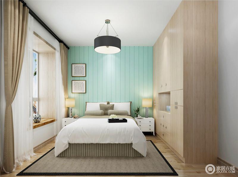 整体空间十分简洁利落,白色的吊顶与绿色壁纸装饰的背景墙构成清新;原木衣柜与原木地板构成组合,为空间营造自然朴质,而飘窗处的设计与器物组成小情趣,正如白色与驼色窗帘、深驼色地毯,奠定了家的稳重、温馨。