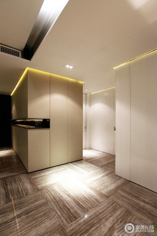空间设计以功能和实用为前提,通过不同的几何块串联起空间,不管是入口区的置物区,还是走廊的灯光,交织出了生活的美学和实用之美,地砖的条纹肌理感装饰出天然的灵气。