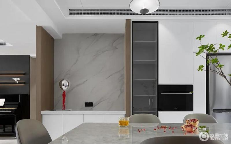 开放式厨房使得空间更加通透大气,重新调整后的立墙架构,一面墙中内嵌着厨房中的家电和书房中的书柜,最大程度的利用空间,也在简洁之中,让空间更有生活的智慧。