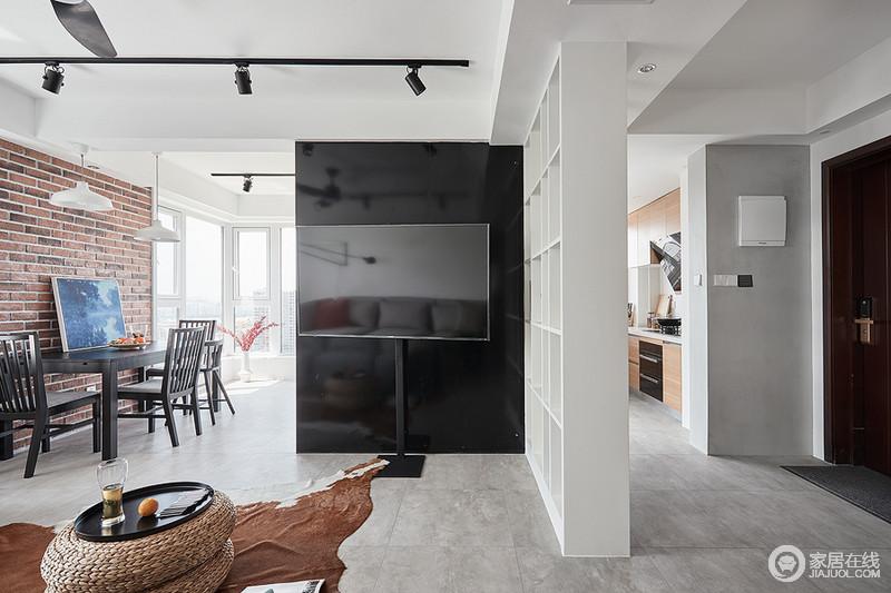 客厅与餐厅、厨房通过墙体自然分隔空间,白色几何柜巧妙将玄关与客厅分隔,与电视背景墙的黑色粗狂、不羁,构成一种对比,黑白之间,彰显现代质感。