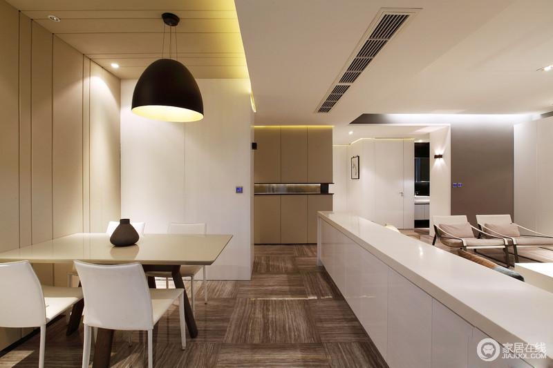 餐厅与客厅互动式的设计更显现代,白色吧台巧妙分离了空间,在增强空间利用率的同时,突出空间感;白色餐椅搭配原木桌在北欧吊灯的照耀下显得愈发时尚。