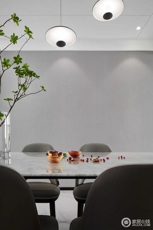 灯光的柔和、绿植的生机、食物的鲜美,写照出生活的美好蓝景;而大理石面的餐桌上摆放的花器、散落的石榴充满了生活的鲜活,一家人坐在这里用餐闲聊,幸福感油然而生。