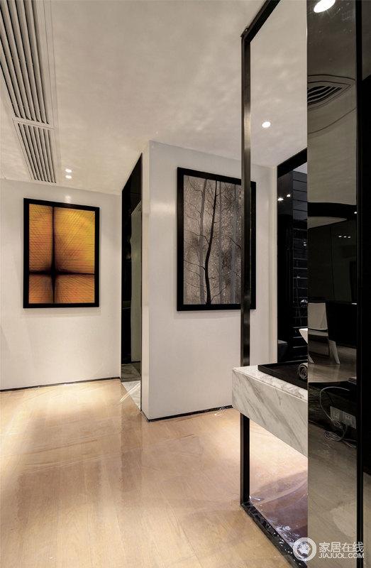 门厅被设计成了一个展陈效果的空间,白色的墙体搭配黑色门或者架构架,简约之中,发挥现代设计的功能与美学,挂画更是将文艺气息蔓延致空间。