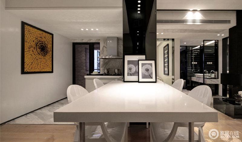 开放式空间的特点就是足够开阔,空间与空间之间看似没有互动,却有各自的空间范围,而隔断将厨卫区分,并与餐厅连接起来,打造了一个开放的餐厨空间。