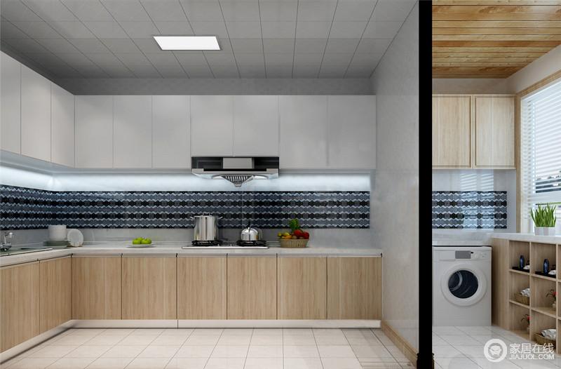 厨房空间充足,还有个阳台,所以分区的设计,将功能做了简单的划分,使用起来也会更方便;橱柜L形的设计将操作分开,白色和木色的搭配,让空间足够和暖;阳台区放置了洗衣机,与原木地柜的收纳设计,让生活足够实用、贴心。