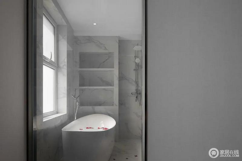 浴室与主卧使用电镀雾化玻璃隔开,既保证了空间的功能性,又为生活增添情趣;收纳龛的设计增加了收纳性,让小小的卫生间发挥实用性。