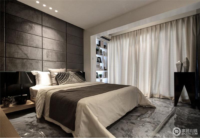 卧室以法兰绒条形拼接让背景墙更显厚重,实木床头柜的简洁设计搭配灰白拼色的床品,增添生活的温馨;阳台处的书柜让生活多了份文艺气息,白色窗帘与空间中黑色系的摆件、家具形成经典组合,诠释家的与众不同。