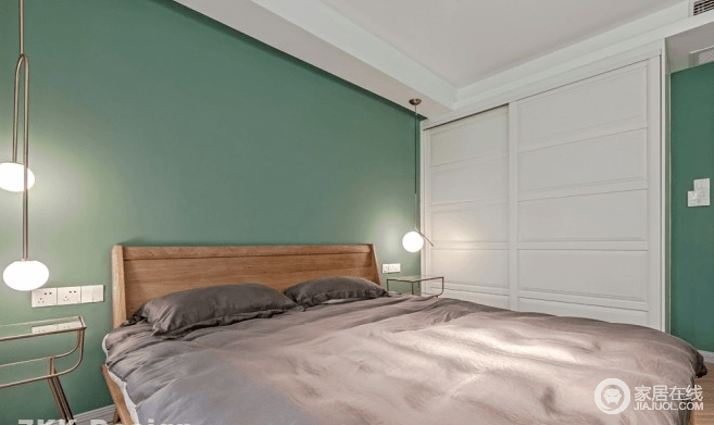 卧室采用女业主喜欢的小清新的薄荷绿漆粉刷墙面,干净清爽怡人,在床头的两边搭配着金丝脚架的茶几,上面垂钓艺术金丝吊灯,晚上看书这个灯光刚刚好,很静谧;床的另一侧靠墙做了一排衣柜,白色柜门和墙面薄荷绿搭配很清爽,再加上褐色的床品,打造干净舒适的睡眠环境。