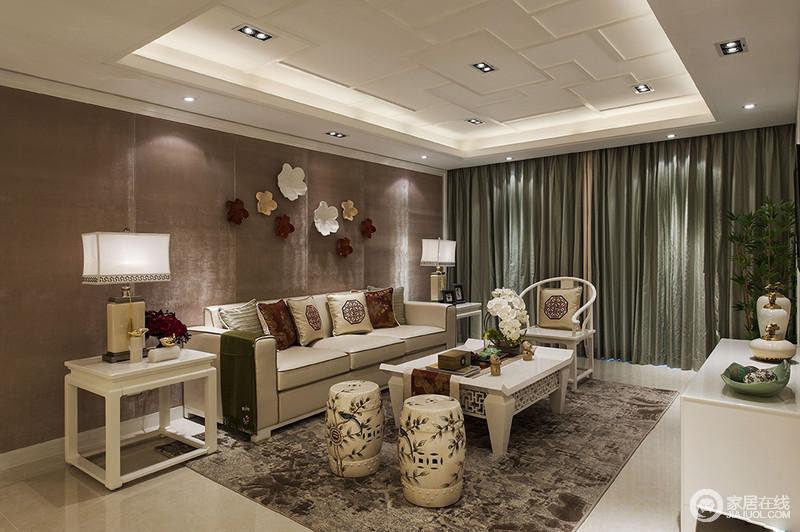 客厅白色曲线打造得吊顶具有曲折蜿蜒之美,而褐色背景墙上的花饰带来生机感;中式靠垫搭配现代感的沙发与白色圈椅和镂空的茶几延续东方生活方式所提倡的清隽和雅致;花鸟元素的坐凳活灵活现,与室内的花植带来活力,草灰色的窗帘激活了东方的端庄,带来新雅。