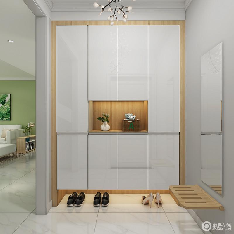 门厅设计得简单,除了利用定制得嵌入式鞋柜来解决收纳之外,还巧妙地利用白色材料和原木条结合的方式,让玄关柜也具有现代之美;可收纳座椅和镜饰,让生活更为简单、贴心。