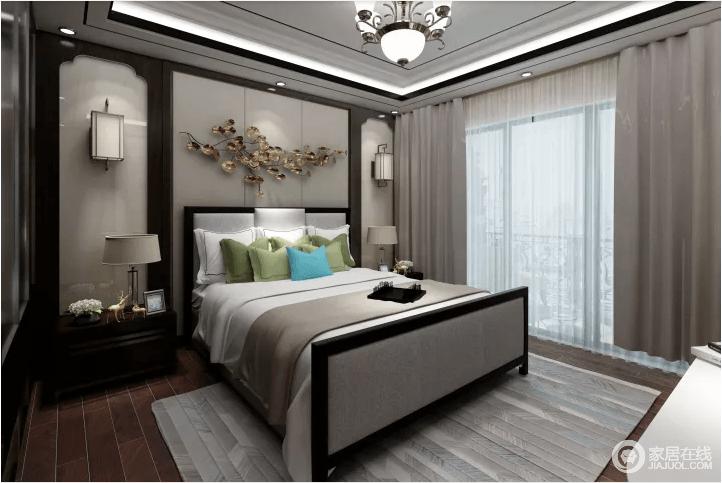卧室线条简单凝练,床头背景墙的褐色板材与乳灰色软包构成新中式的稳重和素雅;金属墙饰与对称的灯具演绎空间的和谐,新中式的床品、条纹素色地毯、窗帘裹挟出空间的灰韵和温馨。