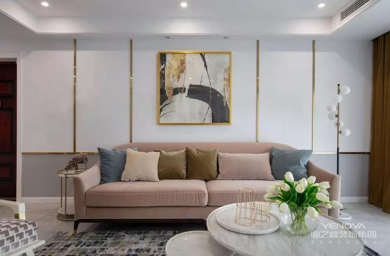 客厅的设计主张在美式的优雅里营造简约的氛围,同时兼备仪式感。