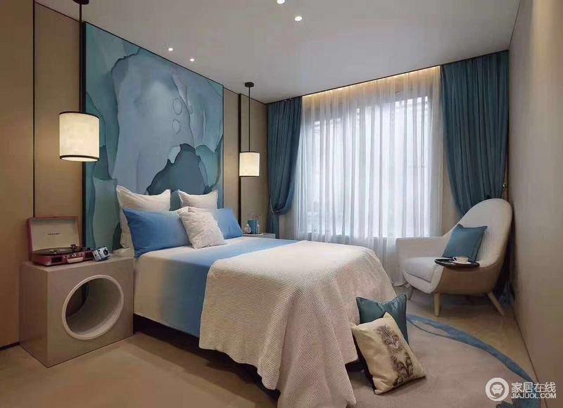 卧室的设计显得特别的简单大气,最具有特色的就是床头背景:简单,大气,跟业主要求的地中海风格很搭调。