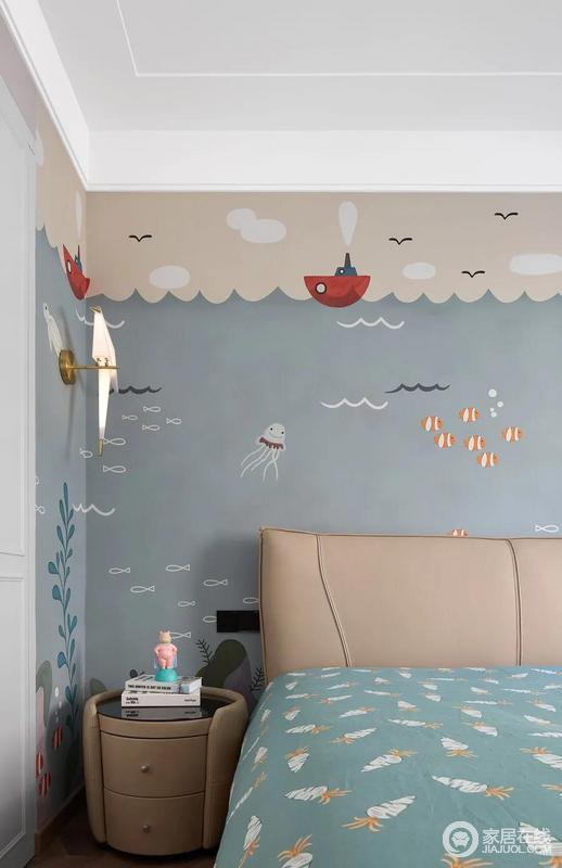 儿童房简洁的造型更显空间感,整个背景墙以驼黄和莫兰迪色做拼接,并作出波纹造型,配上各式的卡通图案营造了一个海底世界的活力氛围,也给孩子营造了一副生机、童趣的画面;床头选用柔软皮质代替坚硬木质,为孩子的安全保驾护航。
