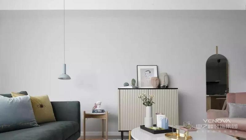 北欧风格家居设计,简洁、干练,让家中呈现一种自然的舒适、干净之美。木质地板,白色波点的墙面,餐桌椅就像那故意做旧处理的木质长桌,一股浓浓的老式北欧范,陪着白色的蜡烛,更显明朗与温馨。  白色的塑料餐椅与原木色的餐桌搭配,现代与自然元素想结合,温暖的色调一致搭配。让整个餐厅温暖起来。再加上吧台的设计,让家居生活更轻松随性。  多种暖色调的融合,让餐厅氛围立刻活跃起来,白色的欧式餐桌,优美的线条加上精细的雕刻散发出它高雅的气质,也与粉色餐椅温暖搭配。