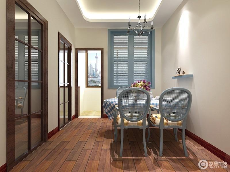 餐厅布置的非常简单,动静线分明,浅灰蓝色的餐椅与隔断窗形成呼应,方格布艺和墙面隔板更添一抹清新。