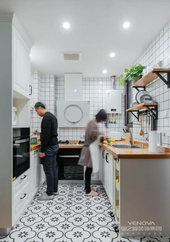 厨房不大,U型的设计容纳两个人操作完全没有问题。整体小白砖+花色地砖的搭配也颇具颜值。木色的台面则调和了厨房瓷砖的清冷感,让整个空间更加柔和。值得一夸的是厨房的收纳,大到橱柜,小到置物架一切都显得井井有条。