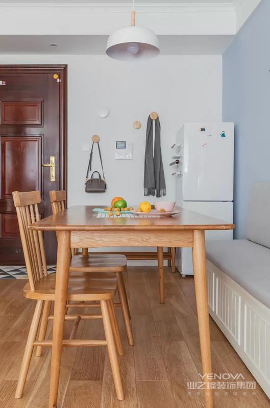 入门就是餐厅,餐桌椅用了原木桌椅,为了节省空间还增设了卡座,非常实用。从餐具搭配来看,这一家人的生活也是非常又烟火味的。