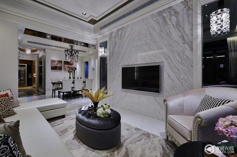 客厅以常见的壁炉、水晶宫灯、罗马古柱作为新古典风格的点睛之笔,大理石背景墙张扬天然之韵,搭配新古典家具更显贵气。