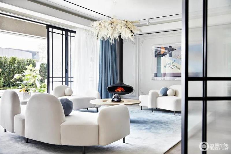 阳台的推拉门改为折叠门,这样一来,庭院中的美景可以尽收眼底,同时,也大大节省了空间;客厅内扎染的浅蓝色地毯、蓝色窗帘组合出清雅感,墙面上的挂画以柔和的色彩与空间相融为一,与羽毛吊灯造就个性,也表达现代大气。